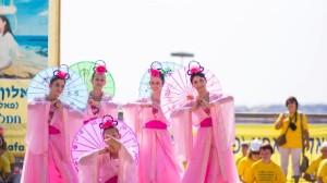 הרקדניות בלבוש המסורתי