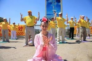 מתרגלות פאלון דאפא שהן רקדניות חיברו מספר ריקודים בהשראת התרבות הסינית שהיא ערש הפאלון דאפא. בלבוש מרהיב ותנועות מלאות חן הן לכדו את תשומת הלב של הקהל