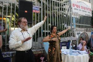 """הרב חיים כהן מארגון """"רבנים למען זכויות אדם"""" מתנסה בתנועות התרגיל השלישי של הפאלון דאפא יחד עם מתרגלי השיטה שהדגימו את התרגיל"""