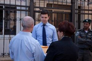 נציגי המתרגלים הישראלים של הפאלון דאפא (פאלון גונג) מוסרים לנציג השגרירות מעטפה עם מכתב וחומר הסברה, ומסבירים את הרקע למחאה השקטה