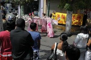 ריקוד ססגוני על רקע הכרזות