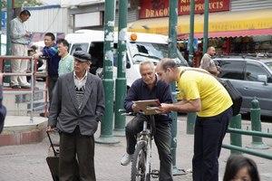 אחד העוברים ושבים חותם על עצומה נגד הרדיפה