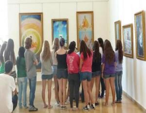 תלמידים מבקרים בתערוכת אמת, חמלה סובלנות