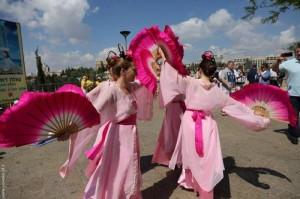 מתרגלות של פאלון דאפא שהן רקדניות הכינו ריקוד סיני צבעוני ומרהיב