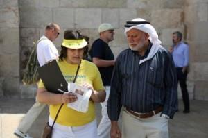 אנשים מכל הדתות והלאומים שומעים על הפאלון דאפא וחותמים נגד הרדיפה האכזרית