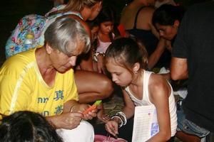 מתרגלות מלמדות את הילדים להכין פרחי לוטוס