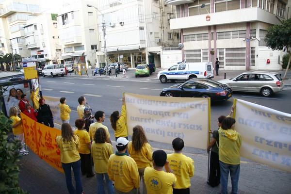 מתרגלים מוחים מול השגרירות הסינית בתל אביב