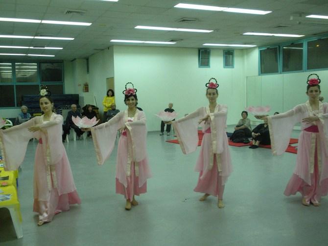 חמש המתרגלות בריקוד סיני מסורתי