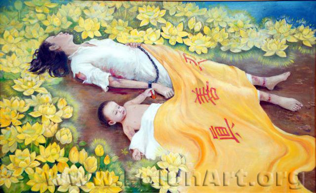 """""""לוטוס מוזהב"""" – שן דאצי – שני הקורבנות הראשונים של רדיפת הפאלון גונג: אם צעירה ותינוקה בן השמונה חודשים. סימנים על קרסולי התינוק מצביעים על עינויו, כנראה לפני עיניי אמו. הציירת בחרה לתת לקורבנות את הכבוד לציירם בתוך שדה של לוטוסים, מכוסים בשמיכה צהובה עם המילים בסינית """"ג'ן, שן, רן"""" (""""אמת, חמלה, סובלנות"""")"""